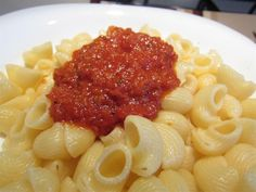 A very easy tomato sauce recipe with authentic Italian flavors. Italian Tomato Sauce, Easy Tomato Sauce, Tomato Sauce Recipe, Bologna, Penne, Food Hacks, Italian Recipes, Macaroni And Cheese, Spicy