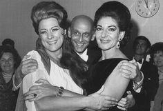 Fotografía de María Callas con su máxima rival, la soprano italiana Renata Tebaldi (1922-2004) , abrazadas por el empresario de ópera  austríaco Rudolf Bing (1902-1997).