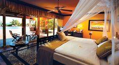 Letto con zanzariera - Letto con zanzariera bianca per arredare con gusto una camera da letto in stile etnico.