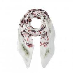 Einzigartiges Design aus Schmetterlingen trifft auf luxuriösen Materialmix - heraus kommt ein Tuch der Spitzenklasse! Genießen Sie die hohe italienische Qualität dieses Fashion-Items und erfreuen Sie sich an dem bunten Treiben der farbenfrohen Schmetterlinge! Ein exklusiver Hauch von Nichts schmiegt sich seidig an Ihre Haut und verleiht jedem Outfit das gewisse Etwas.