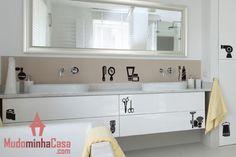 4d76ee1af76 Esse adesivo de parede é uma forma muito prática para decorar o banheiro e  ainda ajuda