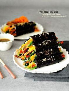 김밥 맛있게 싸는법 : 마약김밥 겨자소스 정말 오랜만에 김밥을 돌돌 말았답니다. 제가 정말 좋아하는 메뉴... Korean Dishes, Korean Food, My Recipes, Cooking Recipes, K Food, Easy Snacks, Easy Cooking, Food Plating, Japanese Food