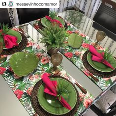 Para deixar nossa noite de segunda com saborzinho de sexta-feira, vamos florir nossa timeline com essa lindeza em forma de mesa posta! Table Setting Inspiration, Beautiful Table Settings, Dinning Table, Deco Table, Decoration Table, Table Linens, Table Runners, Tablescapes, Holiday