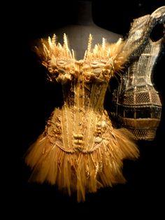 """Jean Paul Gaultier. Collection """"Belle des champs"""", prêt-à-porter Femme printemps-été 2006. Corset en paille naturelle tressée et blé. Réalisation 84 heures."""