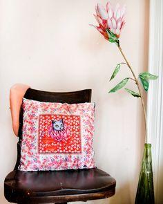 Otro de los nuevos diseños de la línea Home 🏡 hoy les presentamos Almohadón Protea Rojo de satén muy delicado y suave. Hay varios colores.  Objetos de edición limitada para tu casa con nuestros estampados. Ya disponibles en nuestra tienda online ♥️ . . . . . #sofialapenta #scarf #estampasparalupa #animallover #catlover #fashion #fashiondesign #drawing #designed #ilustracion #surrealism #arte #sketchbook  #work #artwork #studio #visualsoflife #poetryofsimplethings Scarf, Cat Lover, Drawstring Backpack, Backpacks, Drawing, Fashion, Line Design, Tent, Red