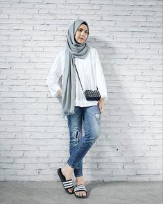 Pin by sana:) on hijabi ! Casual Hijab Outfit, Hijab Chic, Casual Outfits, Fashion Outfits, Dress Casual, Street Hijab Fashion, Muslim Fashion, Hijab Look, Hijab Fashion Inspiration