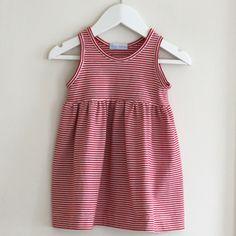 Patron gratuit pour une robe fillette. Seulement 3 morceaux à assembler pour créer cette robe sans manche.  Tissu : jersey Taille : 3 mois à 2 ans