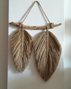 Easy Diy Crafts, Diy Arts And Crafts, Yarn Crafts, Feather Wall Decor, Macrame Wall Hanging Diy, Macrame Patterns, Boho Diy, Cool Diy Projects, Scenic Photography