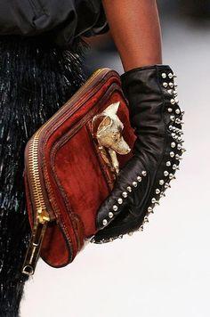 schwarze Lederhandschuhe mit Nieten, braune Clutch mit Fuchs-Kopf Burberry? #clutch #gloves