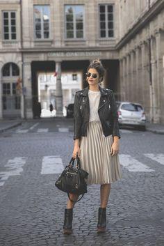 Trendy Taste – Midi Me. White fringed top+nud metallized pleated midi skirt+black heeled boots with wood plattform+black handbag+black leather jacekt+sunglasses. Fall Outfit 2016