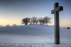Cementerio de Estocolmo   Pocos elementos, mucho control, poético, solemne.   El usuario vive una experiencia nueva innovadora, pero 100% controlada por el gestor de la obra. Pocas intervenciones muy precisas logran dar una experiencia única.