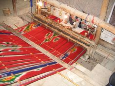 Overview of the termeh loom being used in the image to the left