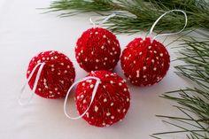 Lot de 4 boules de Noël,en polystyrène, diamètre 7 cm, recouverte de laine rouge parsemée de flocons de neige