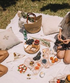food Ideas Brunch Date Aesthetic Picnic Date, Summer Picnic, Beach Picnic Foods, Fall Picnic, Summer Aesthetic, Aesthetic Food, Retro Aesthetic, Beach Lunch, Romantic Picnics