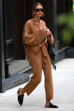 Hailey Bieber's Street Style and Her 5 Outfit Essentials: Here's how to steal her everyday look. Co Ords Outfits, Mode Outfits, Casual Outfits, Celebrity Style Casual, Celebrity Outfits, Trendy Style, Look Street Style, Casual Street Style, Chic Street Styles