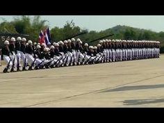 Bij de Thaise zeemacht hebben ze een gelijkaardig gebruik, daar doen ze dit...