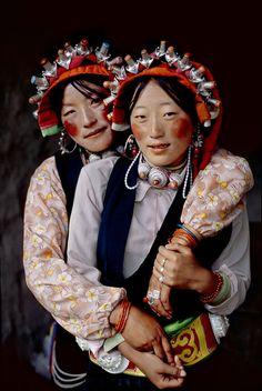 Tibeter sind im Allgemeinen sehr freundliche, aufgeschlossene Menschen, die sehr hilfsbereit sind und bei Problemen auch gern Zeichensprache nutzen werden.