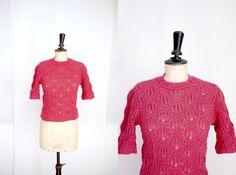 Raspberry Crocheted Sweater Vintage 1960s par CeliaVintageStars
