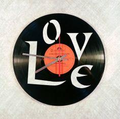Wanduhr Vinyl Vintage Schallplatte mit Motivgravur Lasergravur http://www.sterntaufe-express.de/epages/63413771.sf/de_DE/?ObjectPath=/Shops/63413771/Products/%22Wanduhr%20VINYL%20LP%20mit%20Motivgravur%22/SubProducts/%22Wanduhr%20VINYL%20LP%20mit%20Motivgravur%20Love%22