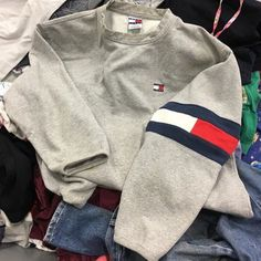 Tommy Hilfiger or UrbanOutfitters Look Fashion, Teen Fashion, Fashion Outfits, Fashion Weeks, Milan Fashion, Tommy Hilfiger Outfit, Tommy Hilfiger Sweatshirt, Winter Outfits, Summer Outfits