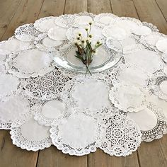 30 new ideas for craft paper table runner centerpieces Paper Doilies Wedding, Paper Lace Doilies, Doily Wedding, Craft Wedding, Doily Art, Wedding Ideas, Paper Doily Crafts, Doilies Crafts, Lace Centerpieces