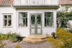 Window gridding is delicious Future House, My House, Craftsman Trim, Estilo Country, House Siding, Swedish House, Cozy Cottage, Scandinavian Home, Old Houses