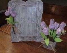 Porta retrato e vaso de tulipas