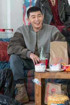 Park Seo Joon is currently starring in new JTBC drama titled 'Itaewon Class'. Go behind-the-scenes with lead actor Park Seo Joon as he prepares for the filming. Throughout the set you can see the actor smiling and enjoying the filming. Asian Actors, Korean Actors, Korean Dramas, K Wallpaper, Kim Dong, Kdrama Actors, Big Bang Top, Korean Celebrities, Celebs
