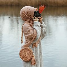 Image may contain: one or more people outdoor and water Tesettür Eşarp Modelleri 2020 Stylish Hijab, Hijab Chic, Arab Girls Hijab, Muslim Girls, Muslim Couples, Hijabi Girl, Girl Hijab, Hijab Hipster, Girls With Cameras
