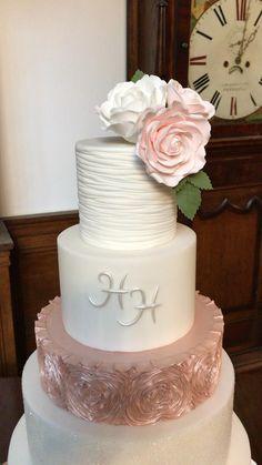 Pretty Wedding Cakes, Wedding Cake Roses, Wedding Cakes With Cupcakes, Wedding Cake Decorations, Elegant Wedding Cakes, Wedding Cake Designs, Outdoor Wedding Cakes, Tiered Wedding Cakes, Rosegold Wedding Cake