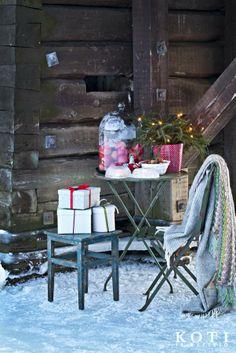 Tartu siniseen hetkeen lämpöisen vällyn alla, joulun tuikkuja ihaillen. Koti ja keittiö, Johanna Ilander ja Anna Kristeri, Kuva Kirsi-Marja Savola.