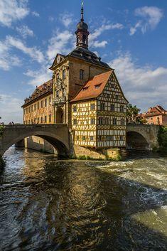 Ayuntamiento de Bamberg, formando una isla en medio del río Regnitz.