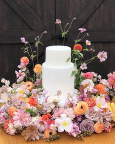 Whether a few simple blooms or an elaborate floral display, cake flowers add the finishing touch to wedding and event cakes. Wedding Cake Rustic, Fall Wedding Cakes, Unique Wedding Cakes, Neutral Wedding Flowers, Wedding Colors, Sugar Flowers, Cake Flowers, Fox Design, Floral Design