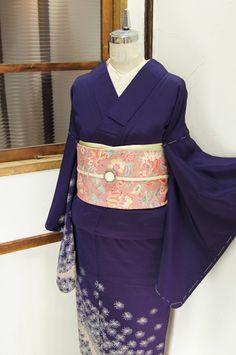 紫色と紺色をとけあわせたような深みのある地に、ふわりと風にまいあがる綿毛のような、花のような、雲丹のようにも見える模様が織り出された付下げ柄の御召の袷着物です。