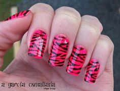Nail Art: Zebra (Pink). Esmaltes Usados: Cintura Baixa (Risqué) e Preto (Impala). Por: A Garota Esmaltada (http://agarotaesmaltada.tumblr.com)