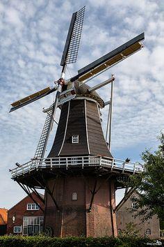 korenmolen De Venemansmolen of de Oude molen (1898), Winterswijk. Het is een stellingmolen met een met dakleer gedekte houten achtkant voor het malen van graan. De stelling zit op 7,40 m boven de grond en heeft zogenaamde kraaienpoten.