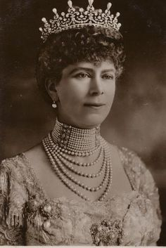 Queen Mary in 'The Girls of Great Britain and Ireland' tiara before the pearl spikes were removed. This would be Queen Elizabeth II's Grandmother. Queen Elizabeth Grandmother, Elizabeth Ii, Royal Crowns, Royal Tiaras, Tiaras And Crowns, Princess Margaret, Princess Mary, Queen Mary Of England, Prinz Philip