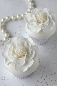 """<3 How gorgeous and Chanel like are these Pearl White cupcakes ❥""""Hobby&Decor""""   Inspirações em Decor!   #hobbydecorr"""