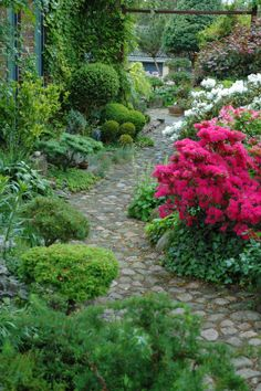 Garden path HAVETID / Endless, absolutely awesome vingettes on this website.  What a treat!!!!  /  Wish I understood Danish.