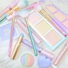 PASTEL PRETTINESS!A little unicorn sparkle to start this week off right beauties!✨In love with @_lipstickandl0ve and her glam shots!