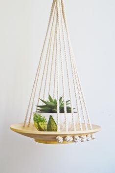 Macramé Hanging Wood Basket / Macrame Plant Hanger - diy and joy Wood Art Design, Modern Design, Wood Basket, Macrame Knots, Micro Macrame, Macrame Bracelets, Diy Macrame, Loom Bracelets, Diy Décoration