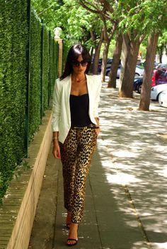 en busca | ElBlogdeChuchus #whiteblazer #animalprint #leopard