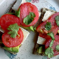 Top whole grain crackers with a slice of brie, avocado, fresh tomato, cilantro, and sprinkle with a little salt and pepper. Paleo Recipes, Great Recipes, Cooking Recipes, Avocado Recipes, Easy Recipes, Healthy Cooking, Healthy Snacks, Healthy Fats, Brie
