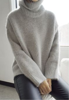 Get ready for the season with warm & cozy sweaters? Oversized sweaters are not only comfortable, but they last forever as a staple in you… Knitwear Fashion, Fur Fashion, Look Fashion, Fashion Details, Fashion Mode, Minimal Fashion, Womens Fashion, Gros Pull Mohair, How To Have Style