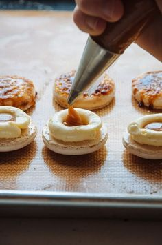 Vanilla Crème Brûlée Macarons recipe - Two delicious French desserts combined into one! Macaron Cookies, Cupcake Cookies, Baking Recipes, Cookie Recipes, Dessert Recipes, Bake Goods Recipes, Just Desserts, Delicious Desserts, Yummy Food