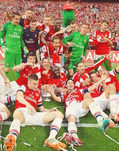 Arsenal with FA Cup trophy Arsenal Club, Arsenal Fc, Arsenal Football, Football Soccer, Football Stuff, Real Soccer, Football Accessories, Fa Cup Final, Best Club