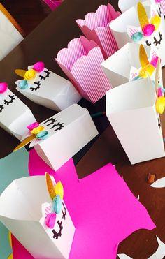 Pote de pipoca unicornio! Feito de papel cartolina. Pode também comprar as sacolinhas brancas e acrescentar os detalhes! Fica a dica..