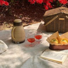 Wedding Gift Baskets, Wedding Gifts, Picnic Date Food, Wicker Picnic Basket, Date Recipes, Aesthetic Food, Picnics, Easter Baskets, Bon Appetit