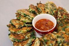 Eerst Koken: Rijstkoekjes met spinazie, lente-ui en feta Jambalaya, Churros, Fritters, Chana Masala, Fresh Rolls, Feta, Food To Make, Zucchini, Pancakes