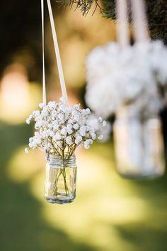 Vasos suspensos com mosquitinhos na decoração de casamento